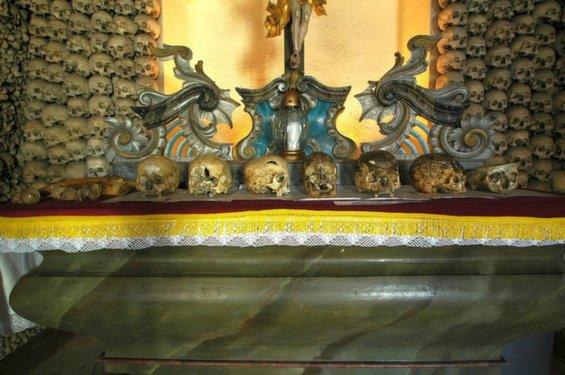 Gereja Dihiasi Lebih dari 20.000 Kerangka Manusia