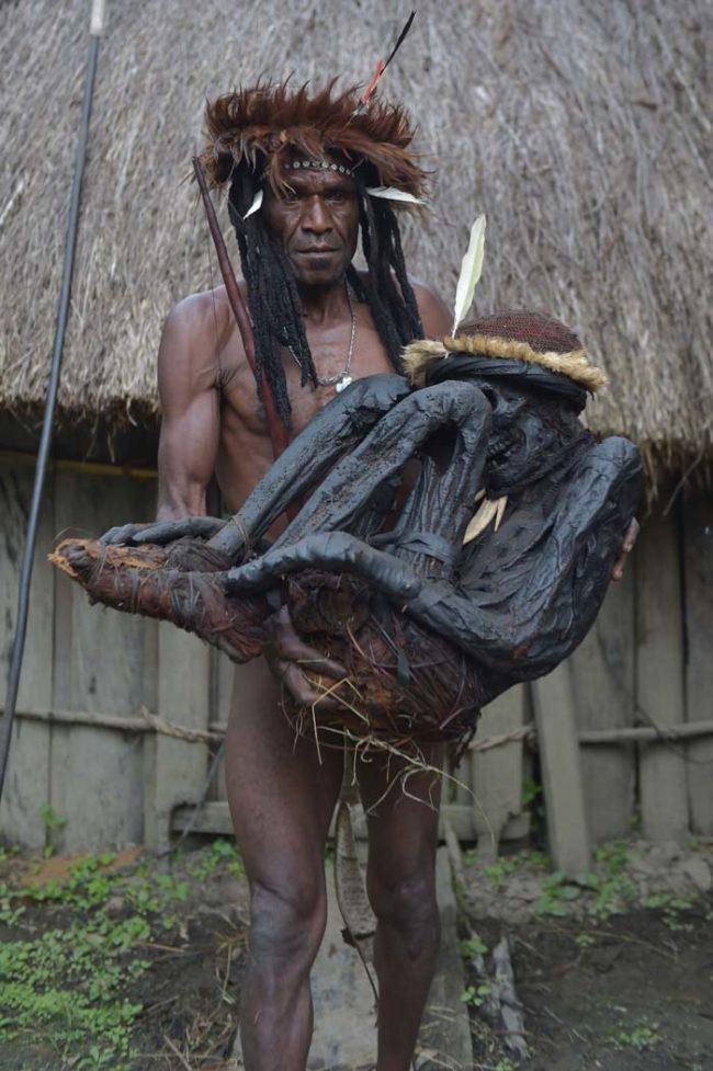 Suku Papua Nugini Kuno Menghisap Jenazah Untuk Melestarikan Tubuh Mereka