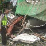 Pekerja tewas setelah sebuah mobil menabrak rumah yang sedang dia kerja