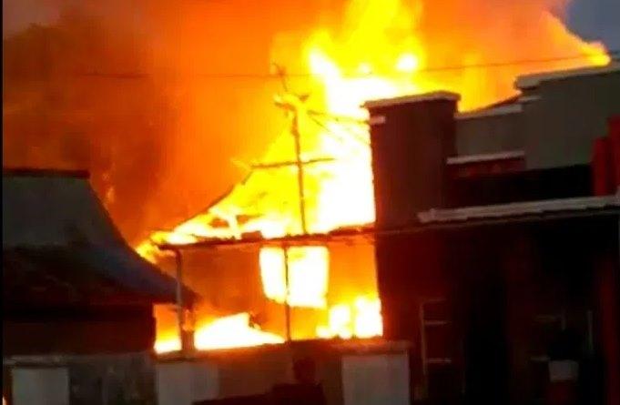 VIDEO: Api Membakar Nenek Tua dan Hanguskan 1 Unit Rumah di Bone