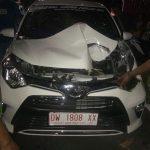 Pohon Tumbang Menimpa Sebuah Mobil di Jalan MH Tamrin Bone