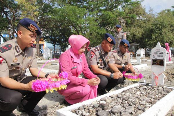 Personil Brimob Batalyon C Pelopor beserta bhayangkari melaksanakan Ziarah di TMP Watampone dalam rangka HUT Korps Brimob