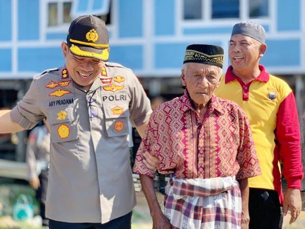 Kapolres Bone Berikan Perahu sampan untuk Untuk Kakek Baco, Nelayan Tua yang Perahunya Telah Usang dan Bocor – bocor