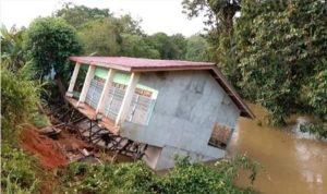 1 Rumah Ambruk Akibat Tanah Longsor