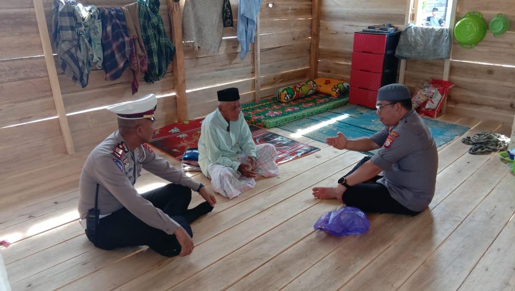 Kapolres Bone serahkan langsung Perahu Sampan yang dijanjikan kepada Nenek Baco