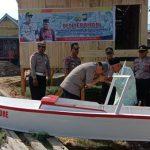Kapolres Bone serahkan langsung Perahu Sampan yang dijanjikan kepada Kakek Baco