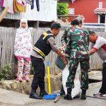 Sinergitas TNI - POLRI Bergotong Royong Bersama di Lingkungan Lacokkong guna sadarkan warga akan kebersihan lingkungan