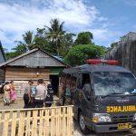 Tim Dokkes Polres Bone Mengevakuasi Warga Lumpuh selama 7 tahun