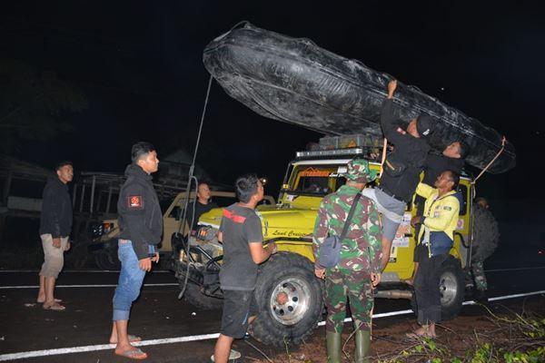 Bantu Evakuasi Korban Banjir di Soppeng, Denbekang Bone Turunkan sejumlah peralatan Evakuasi
