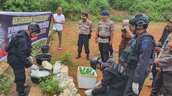 TIM JIBOM Gegana Sat Brimob Polda Sulsel Musnahkan Bahan Pembuatan BOM Ikan di Bone