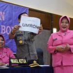 Pertemuan Rutin Bulanan Bhayangkari, Kapolres Bone serahkan Door Prize paket Umroh