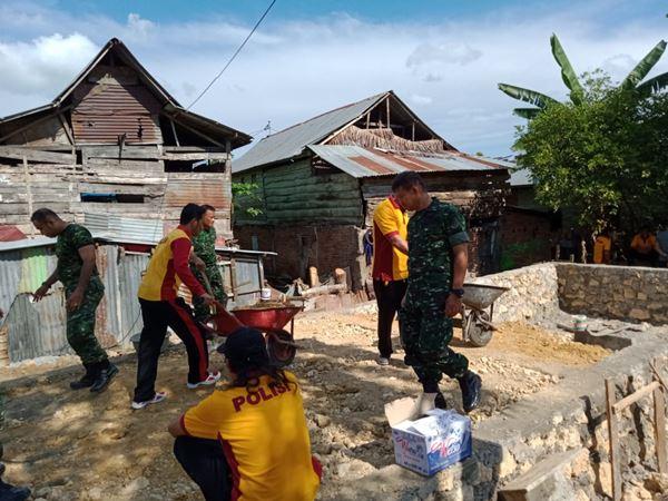 Bersama TNI, Personil Sat Intelkam Polres Bone Laksanakan Gotong Royong Bedah Rumah