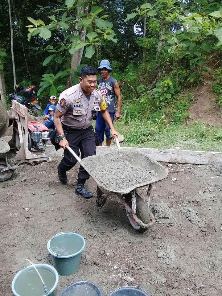 Awasi Penggunaan Anggaran Dana Desa, Polsek Ponre Pantau Langsung Pembangunan Jalan Desa
