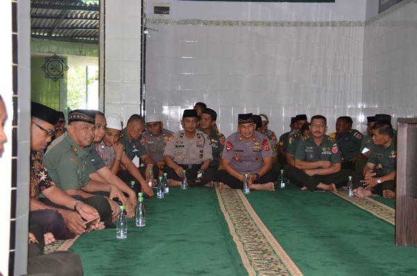 Sinergitas TNI POLRI Mengikuti Tauziah Bersama di di Masjid Al-Istiqomah Korem 141 TP