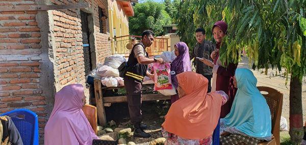 Polisi Peduli, Polsek Kajuara Bantu warga kurang mampu dan pemerikaan kesehatan gratis di Desa Massangkae