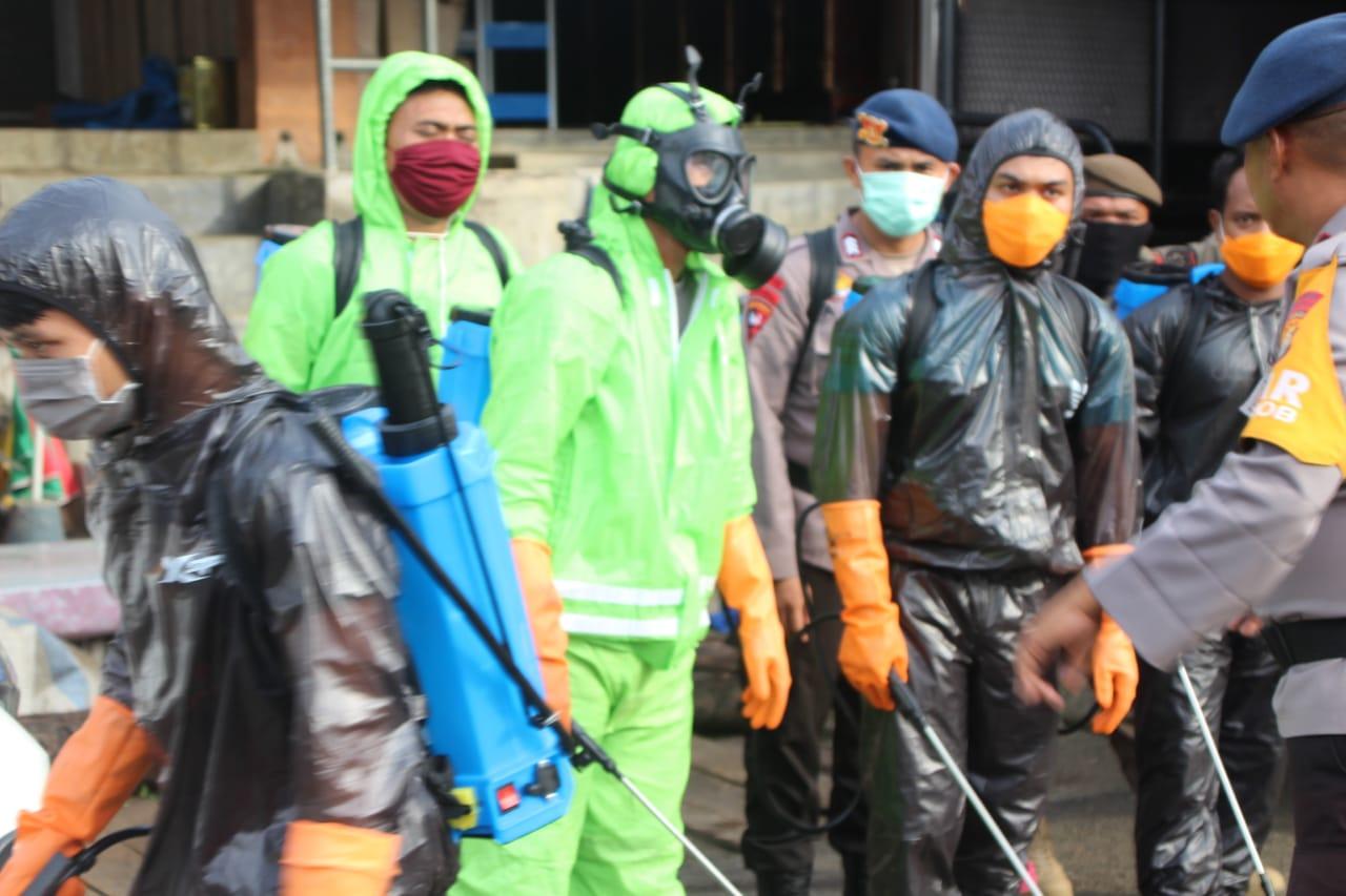 Personil Gabungan TNI - POLRI dan Pemkab Kembali Melakukan penyemprotan Desinfektan di Sejumlah Tempat layanan publik di Bone