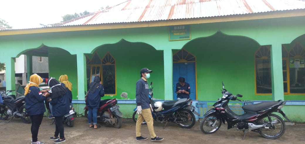Cegah Penyebaran Virus Corona, TIM COVIT-19 Desa Barana Semprotkan Desinfektan