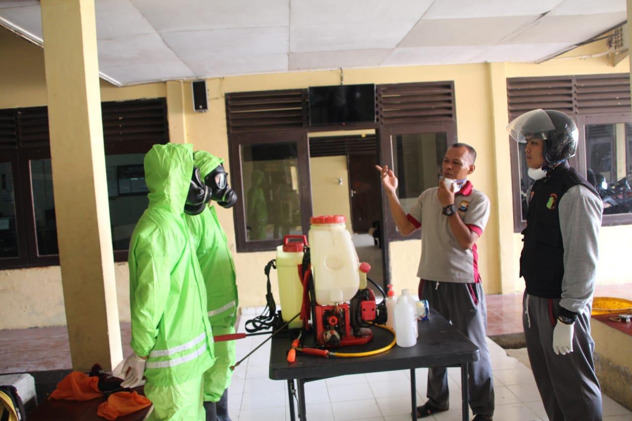 Cegah COVID 19, Personel semprotkan cairan Desinfektak ke seluruh sudut bangunan Mako Batalyon C Pelopor