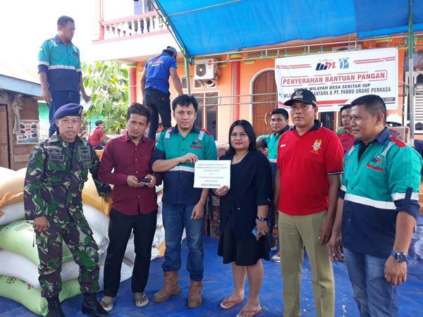 Lawan Corona Virus, PT Win dan PT PUP Konsel Serahkan Bantuan Pangan untuk 7 Desa