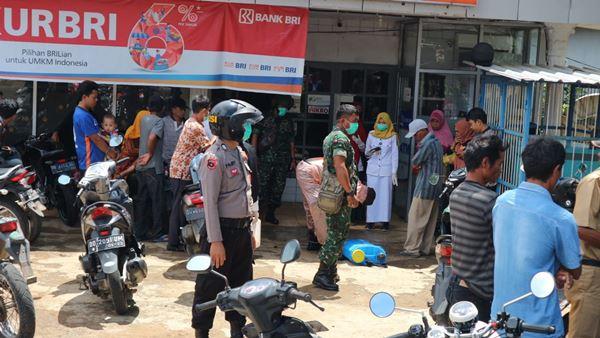 Penyemprotan Desinfektan di tempat tempat umum wilayah Hukum Polsek Libureng