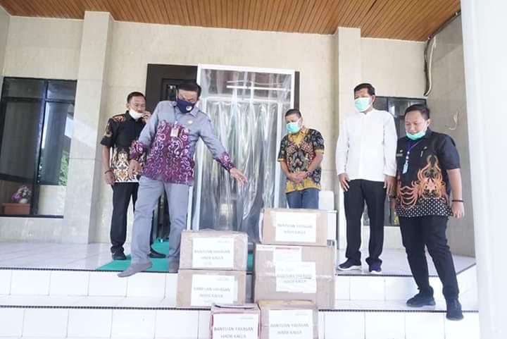 Tangani Covid-19, Yayasan Hadji Kalla Serahkan Sejumlah APD Kepada Pemkab Bone