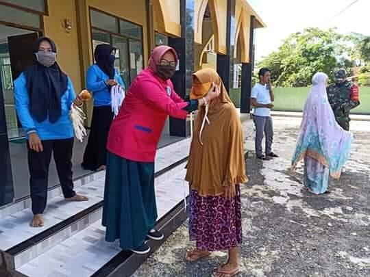 Berdayakan Tukang Jahit di Desanya, Pemerintah Desa Talunge bagikan 1.500 masker kepada warga