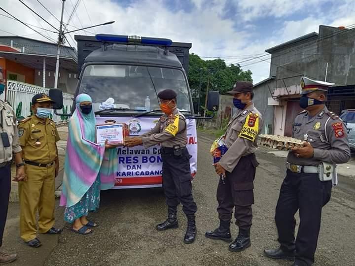 EMPATI!! Jajaran Polres Bone bersama Bhayangkari Cabang Bone Serentak Bagikan Sembako