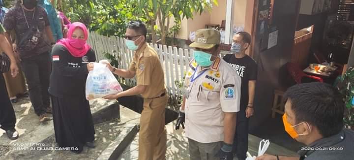 Bupati Bone Serahkan Bantuan Paket Sembako Dinas Kominfo Kepada Sejumlah Jurnalis dan Aktivis