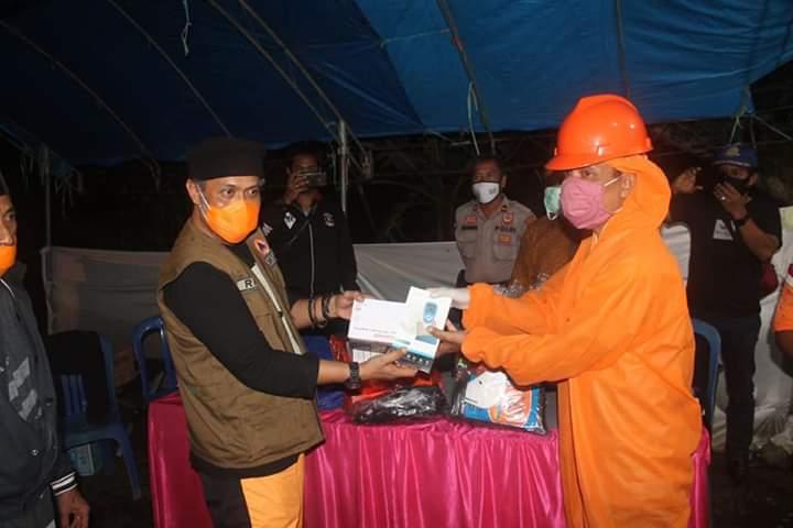 Cegah Covid-19, Ketua I Gugus Tugas PPC-19 Bone dan Sekretarisnya Kompak Support Petugas Posko Perbatasan
