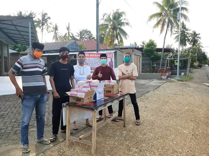 Remaja Masjid An Nadzifun Bagikan Takji dan Masker Kepada Pengguna Jalan