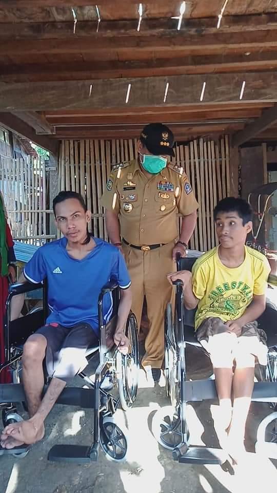 Bupati Bone Serahkan 2 Unit Kursi Roda Kepada Penyandang Disabilitas