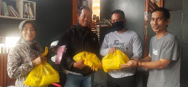 Anggota DPR RI A Rio Idris Padjalangi Bagikan Paket Sembako kepada sejumlah Jurnalis di Bone