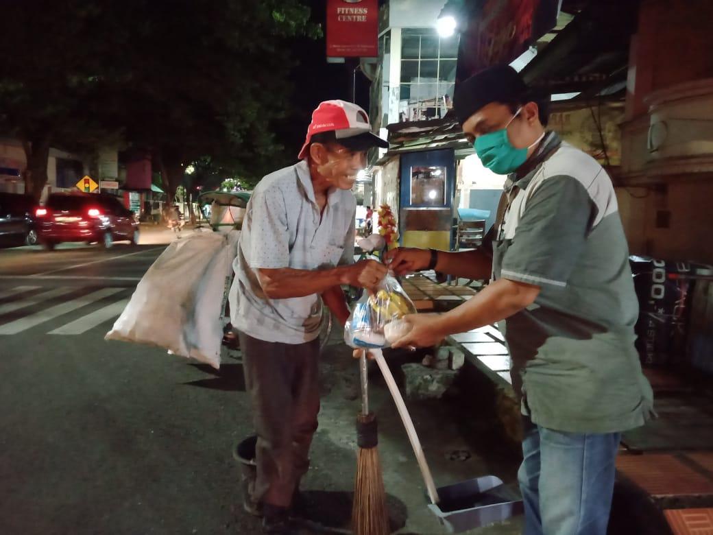Tali Kasih Berbagi Untuk Sesama, Ningsih kembali berbagi ke sejumlah petugas pengangkut sampah di watampone