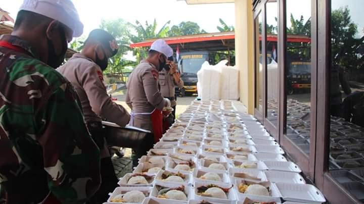 Melihat Proses Masak hingga di kemas, Dandim 1407 Bone kunjungi Dapur Lapangan Mako Brimob