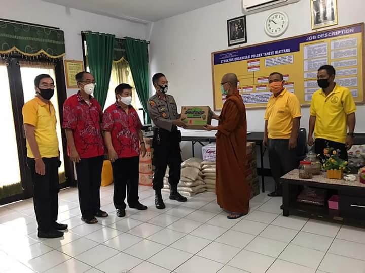 Peguyuban Sosial Marga Tionghoa Bersama Vihara Dharma Palakka Salurkan Bantuan Sembako ke Polsek Tanete Riattang