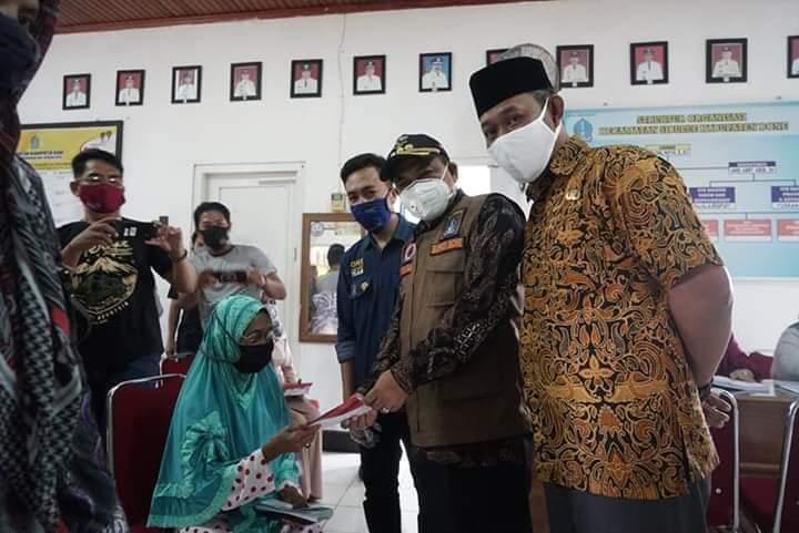 Pantau Penyaluran Bansos, Bupati Bone Serahkan 779 Kartu Keluarga Sejahtera