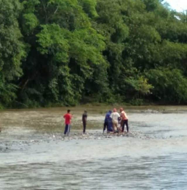 Diduga Menyeberang sungai saat Air Deras, Mayat Wanita Paruh Baya di Bone ditemukan nyangkut di Pohon