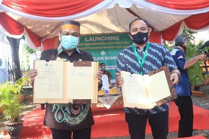 Bupati Bone Resmikan Toko Tani Indoneisa Center dan Gojek Bone