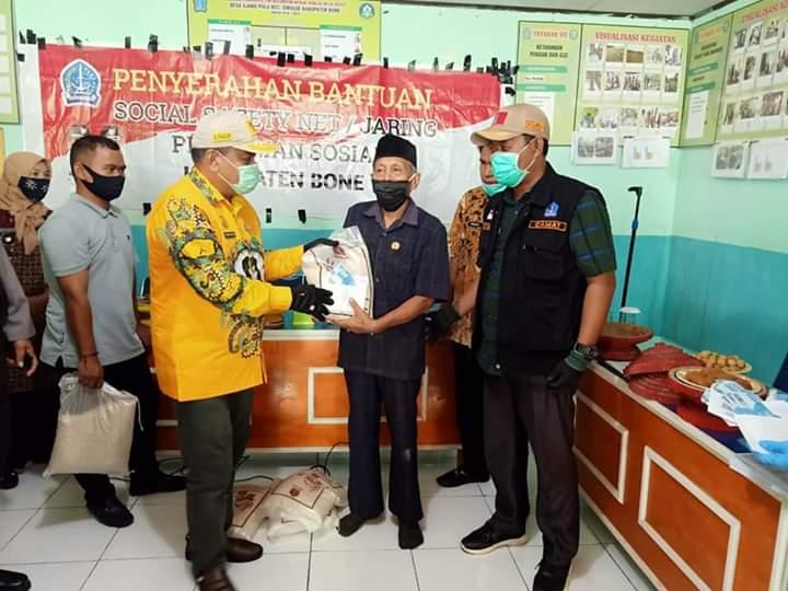 Kunjungan di Kecamatan Sibulue, Bupati Bone Saksikan Penyaluran Bantuan Sosial Safety Net