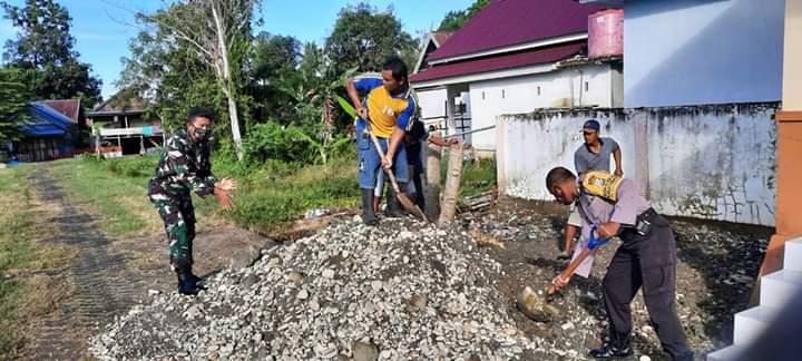 KOMPAK, Tiga Pilar Kelurahan Macope bersinergi menimbun Halaman Tribun Lapangan