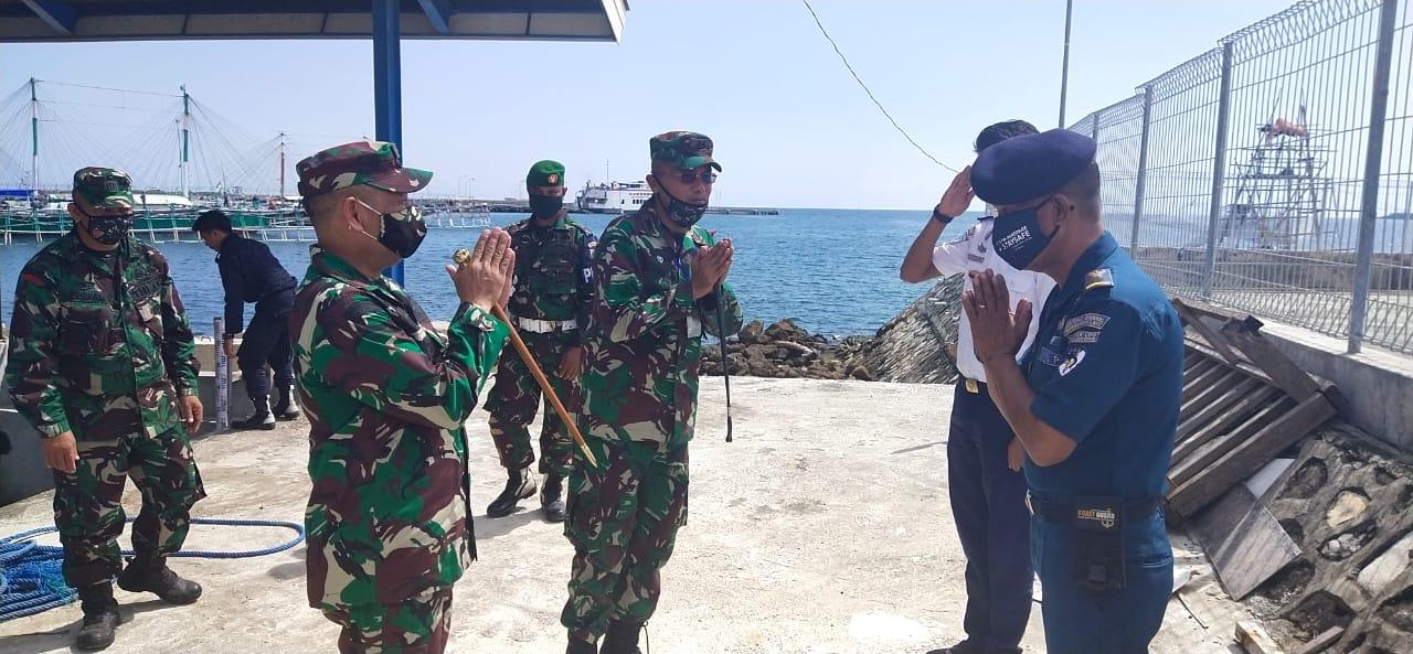 Gelar Baksos Door to door di Pulau Panikiang, Danrem Berikan Bantuan kepada warga yang lumpuh sejak lahir