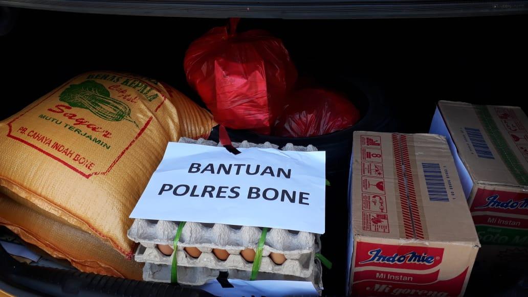 Berbagi Kasih, Polres Bone Serahkan Bantuan Sembako dan uang Tunai kepada korban kebakaran