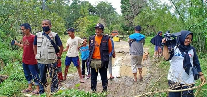Diterjang Air, Jembatan Penghubung Antar Desa di Kecamatan Cina Ambruk