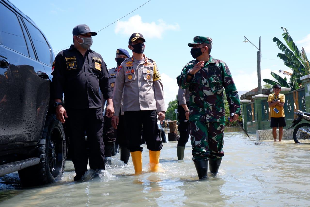 Bersama Wakilnya, Bupati Bone Serahkan Ribuan Dos Bantuan kepada Korban Banjir