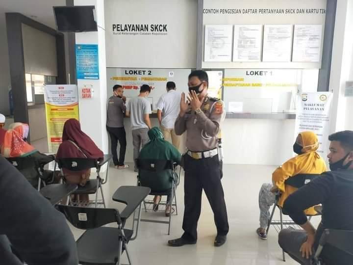 Kanit Dikyasa berikan penyuluhan kepada warga yang akan mengikuti ujian Praktik SIM