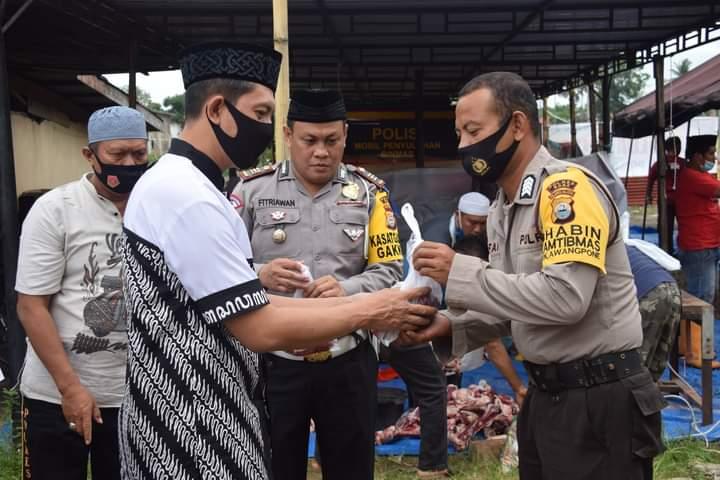 Cegah penularan COVID-19, Personel Polres Bone bersama keluarganya laksanakan Shalat Id di Halaman Mapolres Bone