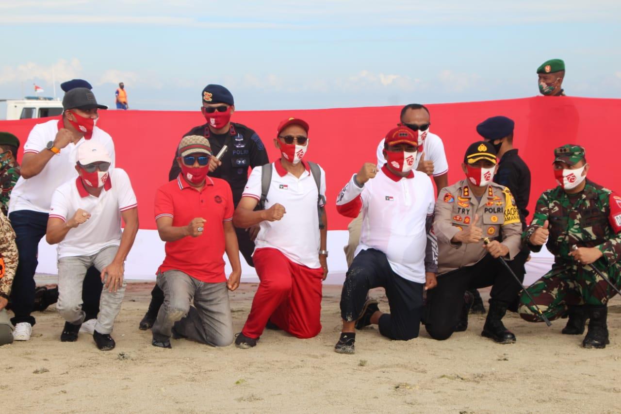 Pembentangan Bendara Merah Putih sepanjang 75 meter di tengah perairan Teluk Bone