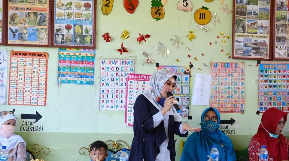 Didampingi Kadis Pendidikan, Hamsiah Iksan serahkan bantuan PAUD di Kecamatan Rumbia