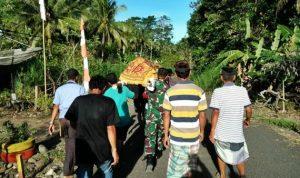 Melayat ke rumah warga binaan yang meninggal, Babinsa dan Bhabinkamtibmas Desa Sengeng Palie turut menggotong keranda