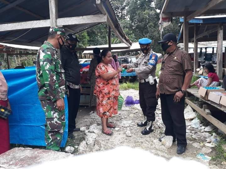 Personil Gabungan Pemerintah Kecamatan Amali di Back Up TNI-Polri Disiplinkan Protokol Kesehatan di Pasar